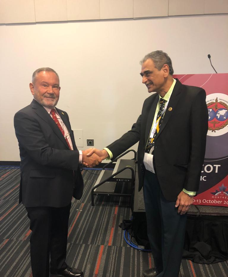 Prof. Lob shakes the hand to Prof. Johari