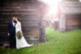 Nygifta brud kysser brudgum