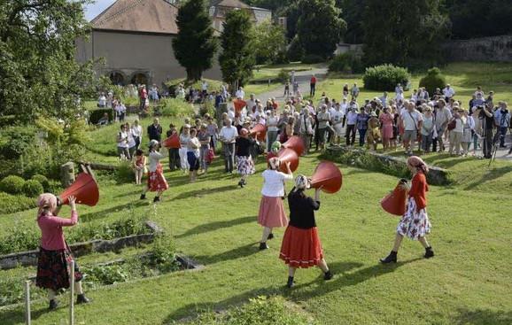 un-concert-tout-en-mouvement-avec-pour-scene-le-majestueux-parc-de-l-abbaye-de-marbach-photo-dna-f-zl-1469556051.jpg