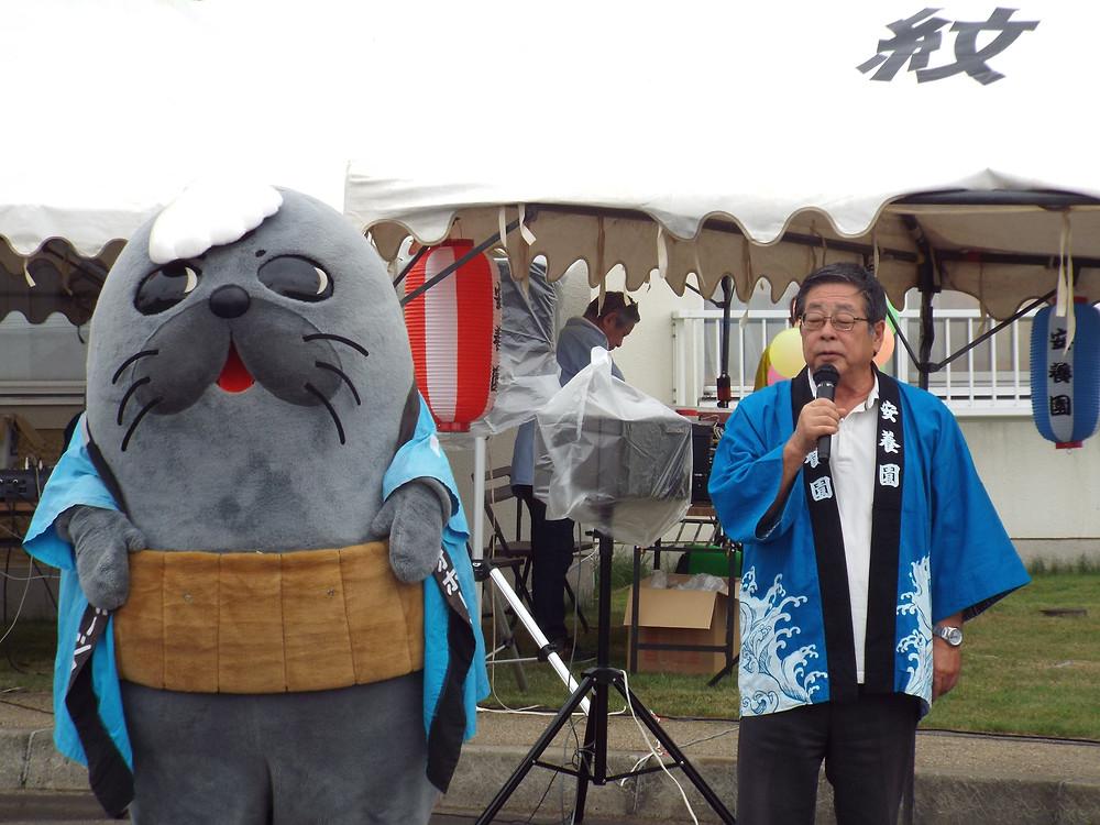 施設長の挨拶で祭り開催