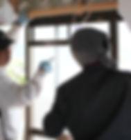 始業時間です。 見習い中の高平さんは、まずは朝日I&Rワークス本社内研修場で、棟梁の宮崎さんより技術訓練を受けます。