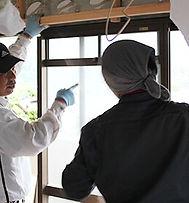 始業時間です。 見習い中の高平さんは、まずは朝日I&R建設本社内研修場で、棟梁の宮崎さんより技術訓練を受けます。