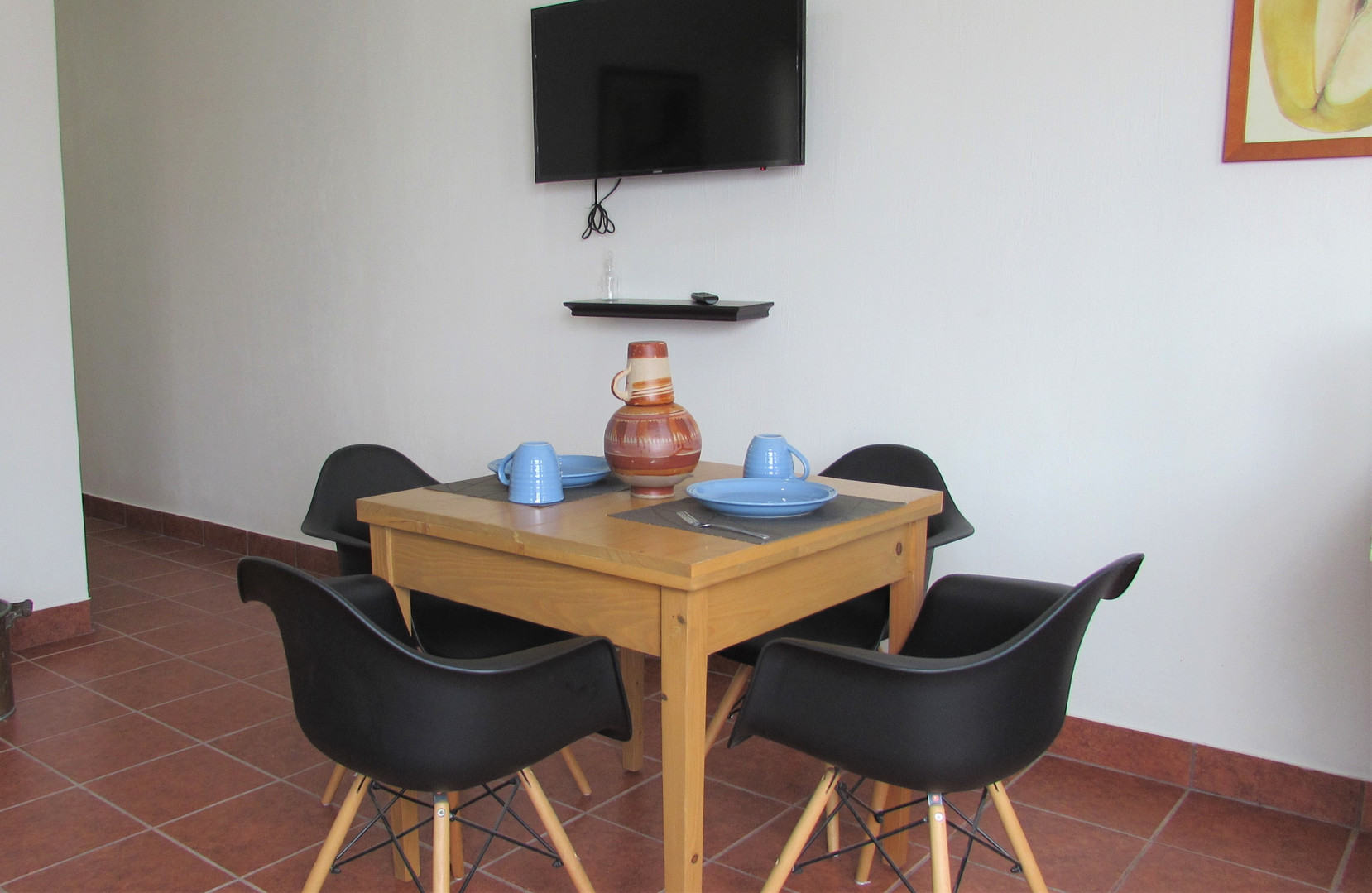 Dining table + Screen TV