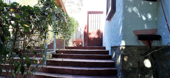 House bodega hallway