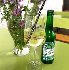 blanc Spritz im Weinglas mit gefrorenen Trauben