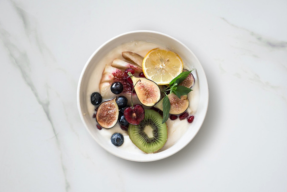 Healthy breakfast: porridge oats and fresh fruit