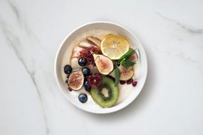 Griechisches Joghurt mit frischen Früchten