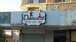 עיצוב שלט לחנות לבגדי ריקוד וספורט Dance it