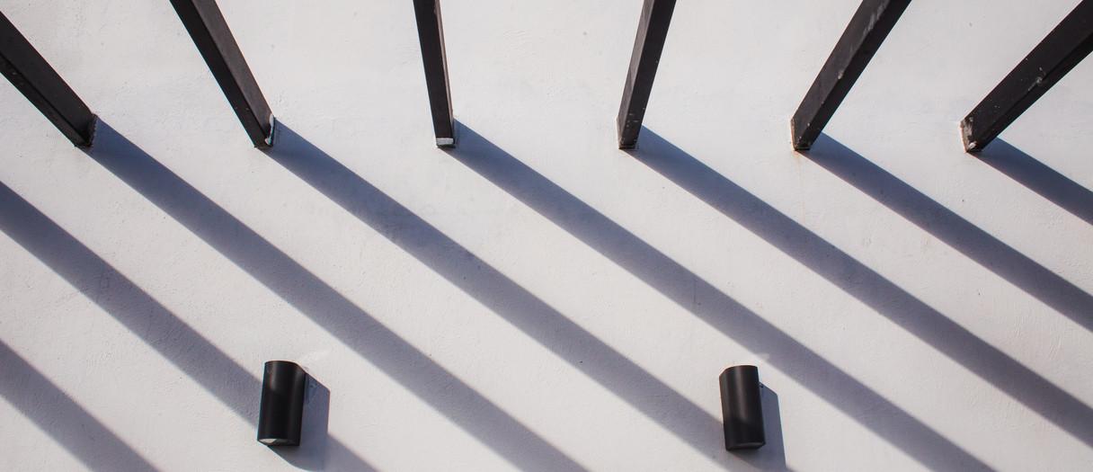 Juego de sombras en terraza.