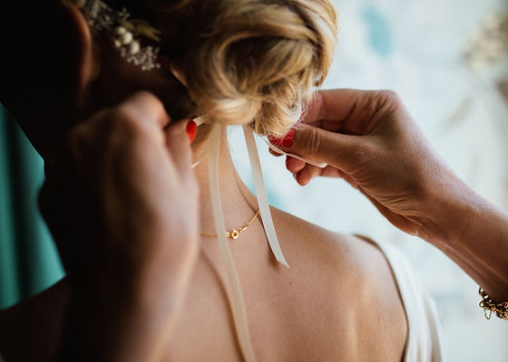 Bride ribbon knot in hair