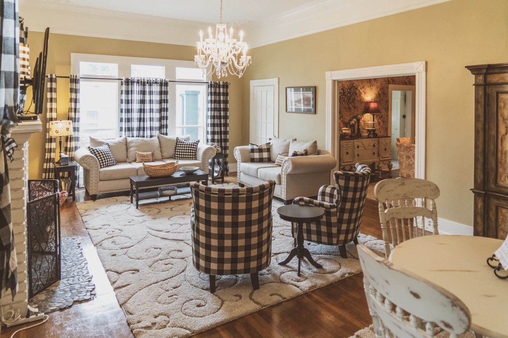 Living room - Vintage Rose Cottage - Event House - Stephenville, Texas