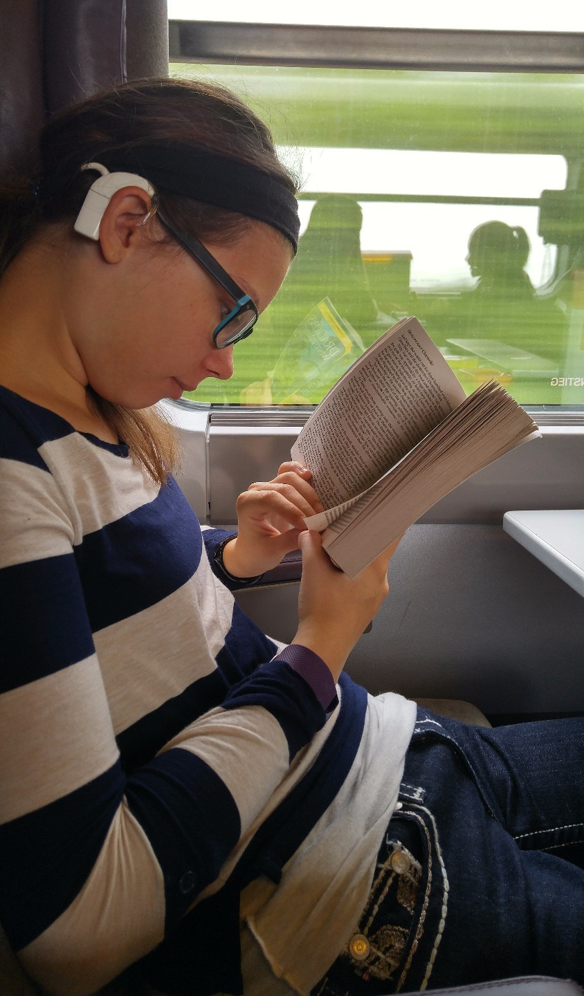 Reading with cochlear implants