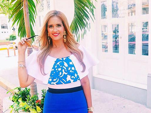 Outfit Blusa con Motivos Típicos en tonos blanco y azul.