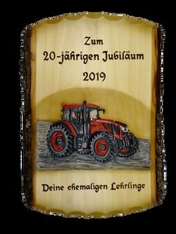 Rindentafel mit geschnitztem Traktor