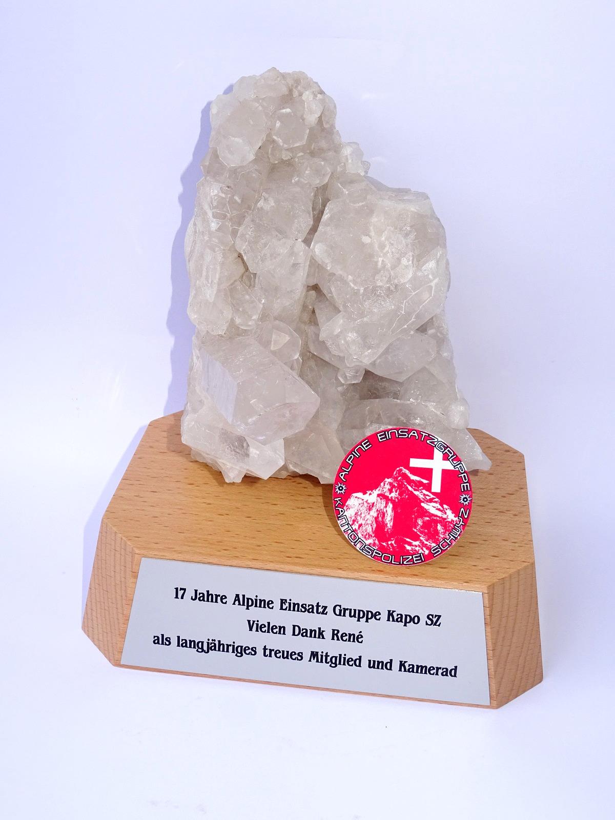 Bergkristall auf Sockel mit Gravur
