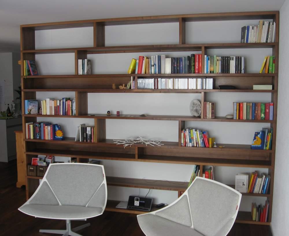 Büchergestell in Nussbaum furniert