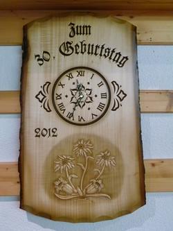 Uhr in Rindentafel mit Blumenmotiv