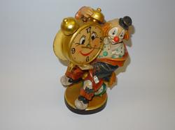 geschnitzter Clown mit bemalter Uhr