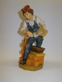 Maurer aus Holz geschnitzt