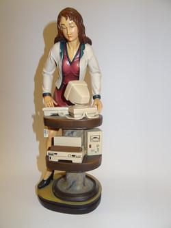 Frau am Computer aus Holz