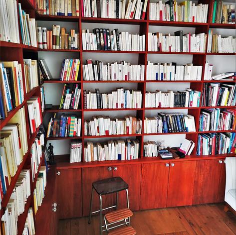 Bibliothèque sur trois murs en chêne teinté acajou