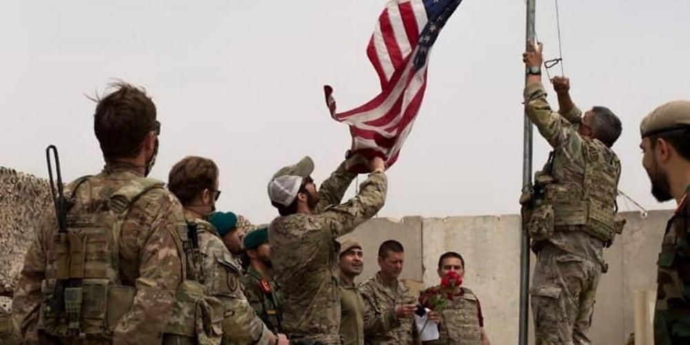 στρατιωτικοί κρεμούν την αμερικανική σημαία