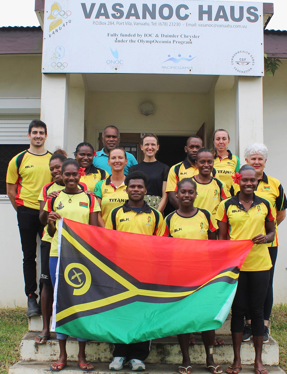 Ms Clemency Oliphant, the Deputy High Commissioner of Australian High Commission (middle) & the Olympic and Paralympic team - @VASANOC