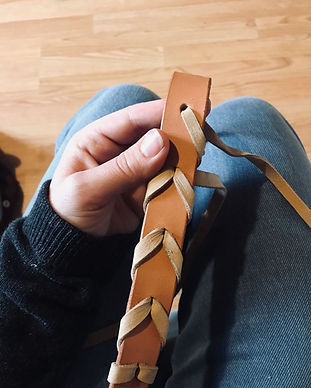 Couture à la main d'une ceintur en cuir