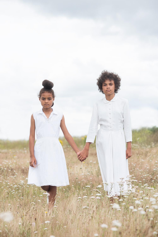 Barnfoto på ett fält