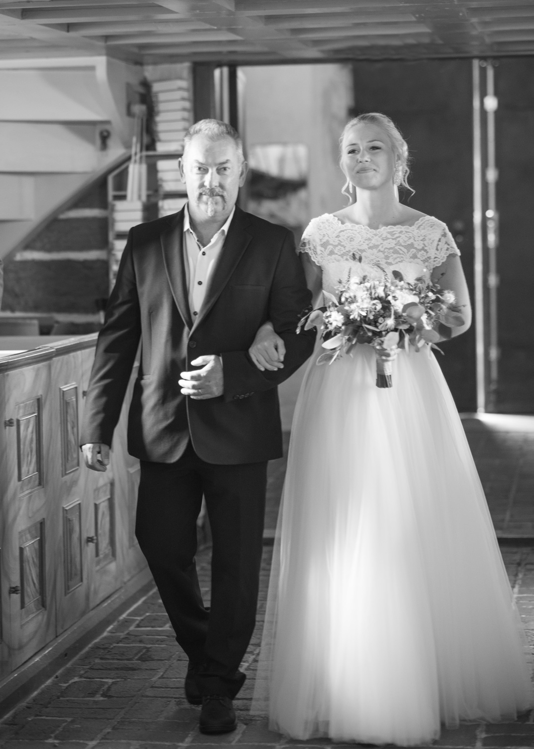 bride and her father aisle walk