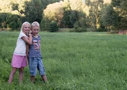 Barnfoto utomhus syskon