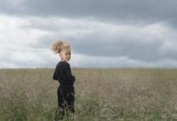 Barnfotografi på ett fält