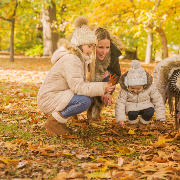 Family photo session in autumn, in a london park.