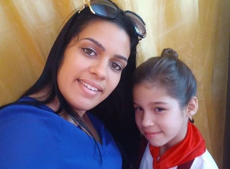 Madre Soltera, Ciego De Avila, Cuba, Saluda Amistosamente