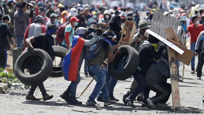 protestor tactics quito ecuador.jpg