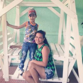 Madre Soltera, Holguín, Cuba, Saluda Gentilmente