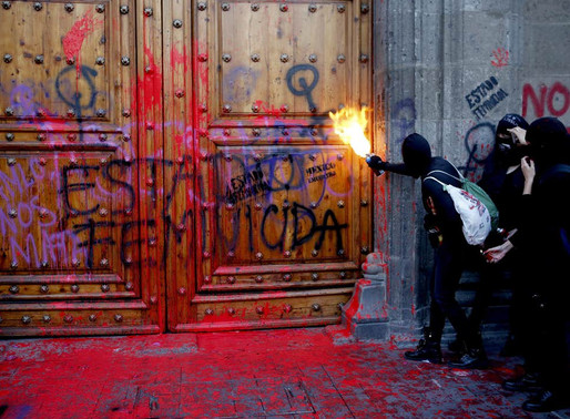 Hundreds Protest Femicide in Mexico City, Burning vehicles & spray painting the Presidential Palace