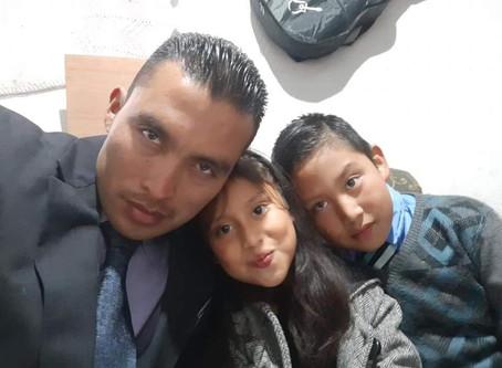 Padre Soltero, Guatemala City, Guatemala, Saluda Amablemente