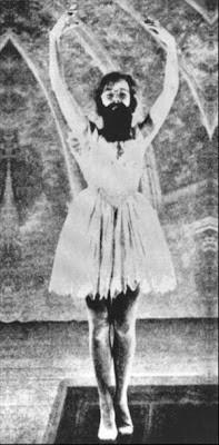 * Imágenes Francis Picabia as a ballerina in Entr'acte (1924) de René Claire