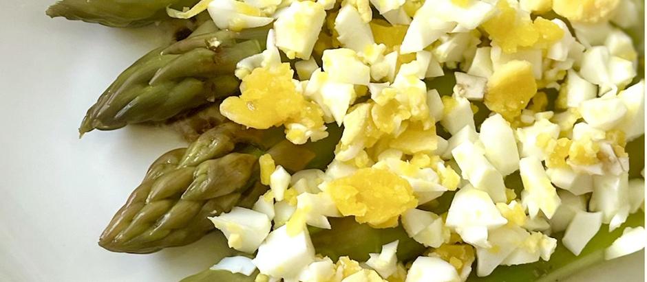 Asperges vertes à la vapeur & sa sauce healthy