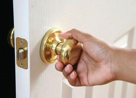 กลอนประตู ใครว่าเปลี่ยนเองไม่ได้