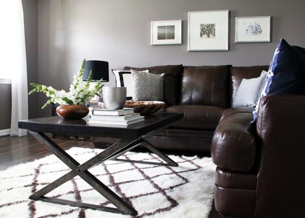 ห้องนั่งเล่นสีเทาสไตล์โมเดิร์นรัสติก กับโซฟาหนังเท่ ๆ2.jpg