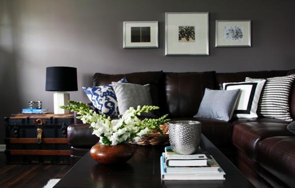 ห้องนั่งเล่นสีเทาสไตล์โมเดิร์นรัสติก กับโซฟาหนังเท่ ๆ5.jpg
