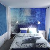 Projekt mieszkania z elementami cegły i błękitu