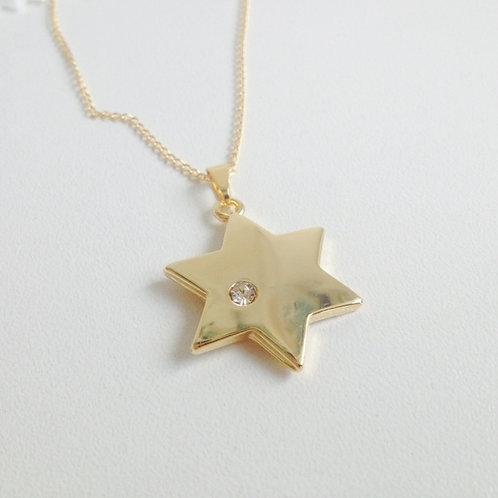 Colar de estrela de David dourada com corrente.