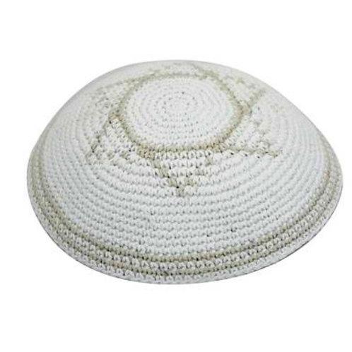 Kipa Branca de croche, com detalhes de estrela de Davi.