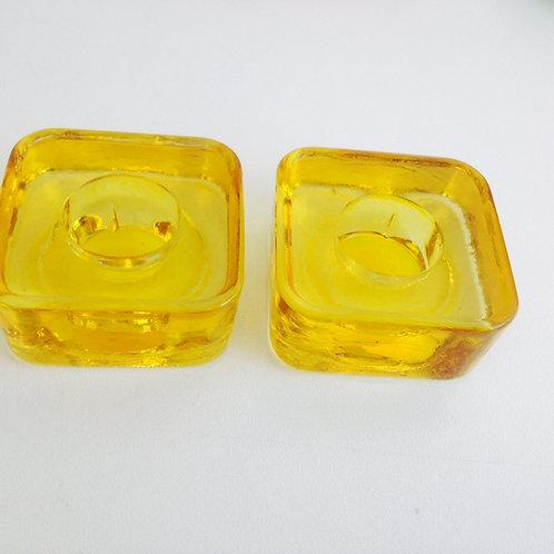 Porta velas em formato quadrado cor amarelo.