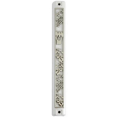 Mezuza de acrilico com detalhes em metal prateado.
