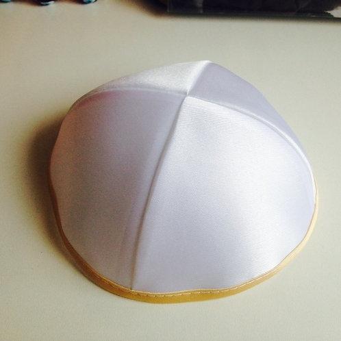 Kipa de cetim branco  com a borda dourada.