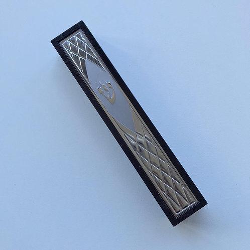 Mezuza de madeira com detalhes  prateados.